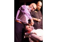 Farzad the happy barber, en legend inom barberarbranschen, demonstrerar rakning med kniv på World Beard Day.
