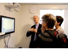 Jonas Melin visar tekniken i testlägenheten för besökare.