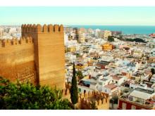 Almería blev grundlagt af maurerne i år 955 for at styrke kontrollen over Middelhavet. Gastronomien er baseret på alt godt fra havet og landjorden med specialiteter som peberfrugter og den deraf afledte paprika.