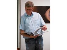 Fotograf Dr. Ralph Oehlmann blättert im Fotobuch