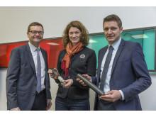 Bayernwerk-Chef Reimund Gotzel (links), Landrätin Tanja Schweiger und Markus Segerer, Netzbauleiter am Bayernwerk-Netzcenter Parsberg, mit Modellen eines 20-kV-Mittelspannungskabels.