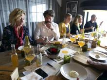 Caroline Tallving, Rolf Nilsson, Ellinor Jidenius och Anna K Sjögren provar sorthonung