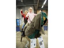 Olivia och Maja provade Voltigehästen