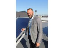 Miljøchef Kim Houmark Hansen: - Solcelleanlægget er blot et af mange miljøtiltag. Den kommende vinter får vi seks nye fly med en vingeopbygning, der betyder fire procent mindre brændstofforbrug.