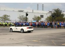 Ford Mustang nummer 10 000 000 visar upp sig utanför Fords fabrik.