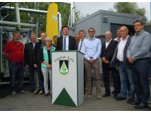 Foto: Die Bayernwerk Natur GmbH und die Nahwärme Ascha GmbH sind neue Partner - die Kooperation haben Werner Dehmel, Geschäftsführer der Bayernwerk Natur, und Bürgermeister Wolfgang Zirngibl bekannt gegeben.