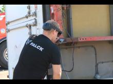 Torger Fuglerudsveen, bilberger og bilansvarlig hos Falck i Oslo, prøver HoloLens 2-brillene.