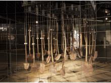 Spadene, som russiske tvangsarbeidere brukte da de bygget Nordlandsbanen, har blitt et gripende kunstverk i utstillingen Grossraum – Tvangsarbeid i Norge under 2. verdenskrig