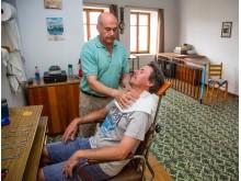 På et år bruger en mand over 60 timer på at barbere sig. Det er over 138 dage i løbet af hans liv. Barberen i Molivos på Lesbos svinger kniven i syv-otte timer om dagen.