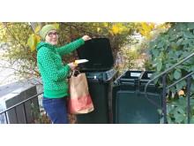 Emma Hilmersson sorterar plast- och pappersförpackningar nära hemmet.