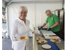 Helen Persson, chef Medlemsverksamheten på Konsumentföreningen Stockholm, hjälper till med pizza-logistiken