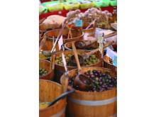 Oliven er en populær fødevare at tage med hjem fra ferien men vær forsigtig med olivenolien. Den må man højest medbringe to liter af i et styk bagage. Det er af hensyn til flysikkerheden – og husk at pakke olien godt ind.