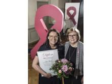 Överläkare Lena Myrskog vid Centrallassarettet i Växjö, tar emot priset för BROs Utmärkelse 2017. Delar ut priset gör BROs ordförande Elizabeth Bergsten Nordström