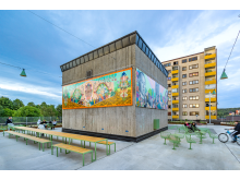 Fittja urban park. Långbordet, in collaboration with White Architects. Korg furniture group, designed by Thomas Bernstrand. THE ART CUBE, Artistic director Saadia Hussain, Botkyrkabyggen 2015–2020.