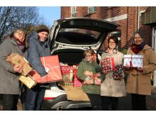 Christel Diebel, Matthias Krause und Luisa Rein (alle Hephata) freuen sich über die Geschenke der Hanauer Zonta-Frauen Birgit Massin-Erbe und Claudia Borowski (von links).