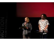 Julia Thelin tar emot priset för bästa film i kategorin 27+ för Sorry Not Sorry. Foto: Ali Quraishi.