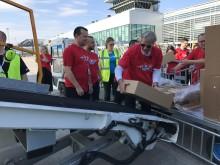 Norwegians koncernchef Bjørn Kjos lastar på nödhjälp inför flygningen mot Jemen