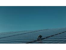 En av Arlabönderna på sitt solcellstak.