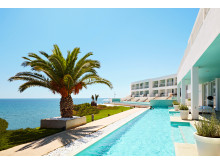 Sådan drømmer mange danskere om at holde ferie med direkte adgang til poolen – her Ocean Beach Club på Kreta.