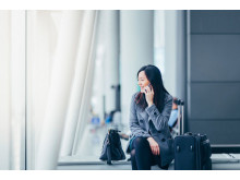 Web-Businesswoman talking on smartphone in airport
