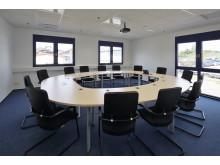Der neue Konferenzraum wirkt hell und freundlich