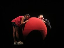 La Balle Rouge (webb) - flicka med dockspelaren Denis Garénaux