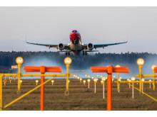 Boeing 737-800 despegando del aeropuerto de Estocolmo