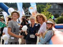 """Farbenfroh und fröhlich: Das Sommerfest war geprägt von Herzlichkeit und freundlicher Stimmung, hier ein lustiges """"Gruppenbild mit Beachflags"""