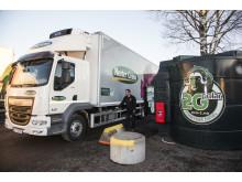 Mester Grønns sjåfør fyller på fornybar biodiesel på lastebilen.