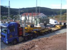 Per Schwertransport wurde der rund 60 Tonnen schwere Transformator zum Umspannwerk geliefert und dort installiert.
