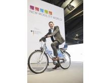 Steven Armstrong, chef för Ford i Europa, Mellanöstern och Afrika, på den nya FordPass-cykeln