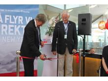 Bjørn Kjos klipper snoren sammen med administrerende direktør ved OSL Nic. Nilsen