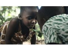 Frida och Eliezel Ochieng planterar nya träd på gården i Kayagogo, Kenya.