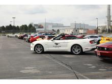 Ford Mustang nummer 10 000 000 tillsammans med en Mustang från varje år sedan 1964