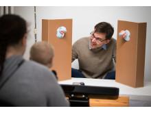 Terje Falck-Ytter, institutionen för psykologi och Uppsala Barn- och Babylab vid Uppsala universitet under ett experimentet som undersökte initiering av delad uppmärksamhet hos spädbarn.