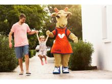 I vinterferien får Spies' maskotter, giraffen Lollo og bjørnen Bernie, ekstra travlt med at kramme børn på ferie under sydens sol.