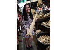 Mia Gylseth insiserer norsk tørrfisk på marked i Nigeria