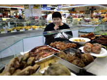 Li Hang could not help eating delicious food