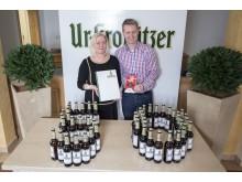 Geschäftsführerin der academixer Dörte Waurick und Betriebsleiter der Krostitzer Brauerei Sascha Marre feiern das Jubiläum