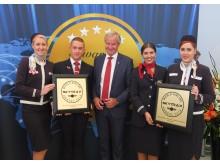 Norwegains VD Bjørn Kjos tillsammans med crew på SkyTrax World Airline Awards 12 juli 2016