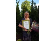 Gertrud Larsson mottog medalj för Kenneth Lorentzon