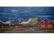 Complete-Spitsbergen-Expedition_Illustration-Photo_New-Alesund©Dominic-Barrington