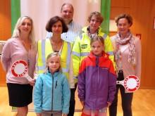 Voll ausgestattet mit Schutzkleidung und Kellen: Jede Kommune des Landkreises Starnberg erhielt ein Sicherheitspaket des Bayernwerks für ihre Schulweghelfer.