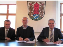 v.l.: Bayernwerk-Kommunalbetreuer Stephan Leibl, Erster Bürgermeister Ludwig Lang und Christoph Henzel, Leiter Kommunalmanagement, bei der Vertragsunterzeichnung.