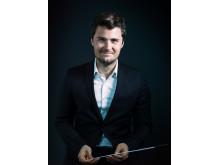 Emil Eliasson, dirigent för Advanced Orchestra vid musiklägret Side by Side by El Sistema i juni 2020. Foto: Nadja Sjöström.