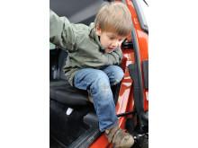 """Nya Ford B-MAX """"barnfamiljtestas"""" med spikklubbor, tunga bollar och kardborreband"""