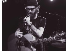 Singer/songwriter Mikael Llewyn Novac underhåller på Spånga Beard Party