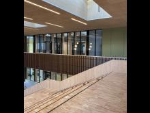 De interne rommene er utformet med utstrakt bruk av eksponert massivtre.
