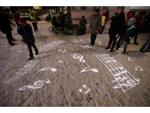 """Noter fra Nordraaks mest kjente musikkstykke """"Ja vi elsker"""" projisert i snøen"""