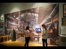 Großmodell einer Fabrikhalle mit Videoszenen